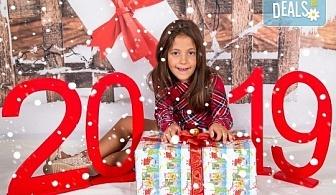 Професионална Коледна фотосесия в студио - индивидуална, детска или семейна, с до 100 обработени кадъра + 10 със специални ефекти от Arsov Image!