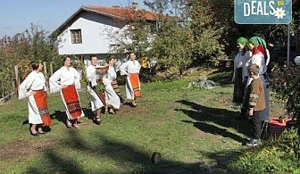 Раздвижете се в ритъма на българското хоро! 2 или 4 посещения на занимания по народни танци в клуб Вишана!