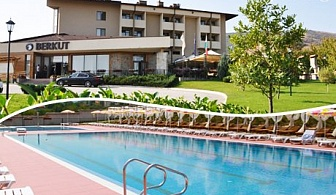 Релакс в полите на Родопите, край Пловдив! Нощувка със закуска за ДВАМА, 2 пици по избор + външен басейн и 1 частичен масаж от хотел Беркут**** с. Брестник