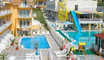 Релакс в Свети Влас на 100 метра от морето! Нощувка със закуска и вечеря + басейн само за 39.90 лв. в хотел Санторини***