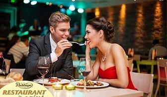 Романтична вечеря за ДВАМА. 2 порции свежи салатки + 2 порции телешки кюфтенца с билкови картофки и 2 чаши вино в Ресторант Сейнт Ейнджъл, жк. Яворов