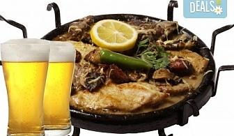 """Сач """"Касапска гощавка"""" със свинско и пилешко месо, сос барбекю, гъби + ДВЕ наливни бири и домашна пърленка в Ресторант - механа Мамбо!"""