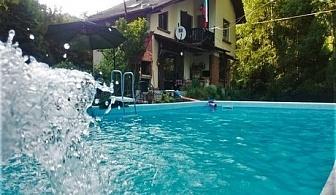 Самостоятелна къща за 8 човека в Троян с голям и малък басейн, барбекю, детски кът, зоокът и още много удобства! 28.08 - 30.09.