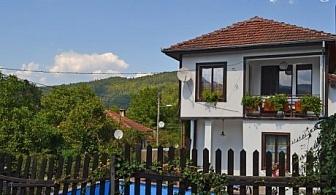 Самостоятелна къща Дива в Скандалото край Априлци за до 10 човека с басейн, на брега на реката, на цена 150 лв. на вечер!