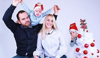 Семейна Коледна фотосесия с 5, 10 или 50 обработени кадъра от VK Visuals, София