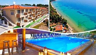 Септември в Халкидики на 200 м. от плажа.  Нощувка в студио или апартамент за до четирима с кухненски бокс + басейн в комплекс 4 You Hotel Apartments