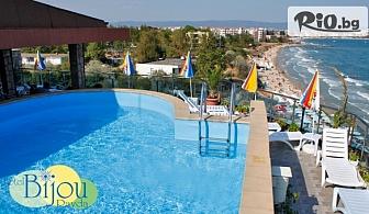 Септември на първа линия на плажа в Равда! Нощувка със закуска и вечеря + шезлонг, чадър и басейн, от Хотел Бижу 3*