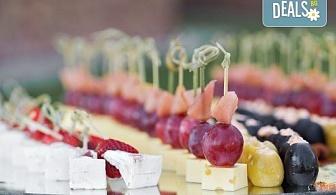 "Сет ""Плодова свежест"" - 2 плата с общо 54 плодови хапки, аранжирани и декорирани за директно сервиране, от кулинарна работилница Деличи!"