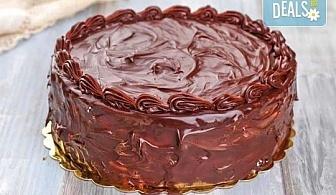 """Шоколадова торта с """"блат"""" мъфини, шоколадов крем и шоколадова глазура от майстор-сладкарите на Muffin House!"""