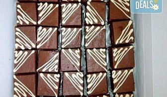 Сладки моменти! 30 броя шоколадови мини тортички (петифури) с крем, какаови блатове и декорация от Muffin House!