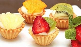 Сладки тарталети с течен шоколад и горски плодове или баварски крем и ягоди от H&D кетъринг