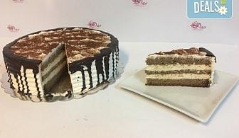 """Сладост с дъх на кафе! Вземете торта """"Капучино"""" с 8 или 14 парчета и възможност за поставяне на пожелание или надпис!"""