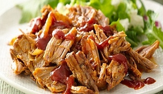 SLOW COOKED PULLED BBQ PORK - Бавно готвено, дърпано свинско месо с BBQ сос и картофено пюре на Кулинарна работилница Деличи, София!