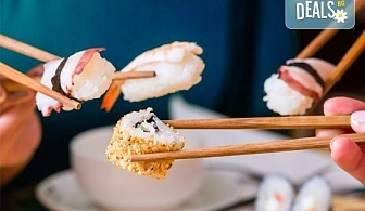Суши сет с 30 хапки: футомаки, сьомга, уакаме, филаделфия, авокадо, уасаби и соев сос от Sushi Zone!