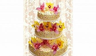 """Сватбена торта с живи цветя и 100 парчета само за 200 лв. вместо за 400 лв. с 50% отстъпка от Сладкарски цех """"Карамел""""!"""