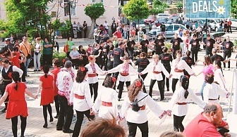 "Танцувайте български хора и ръченици! 8 урока във Фолклорен клуб BODY FOLK в жк. Борово, Зала ""Пчела"""