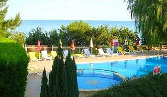 ТОП сезон на брега на морето и на 50м от плажа. Нощувка, закуска, обяд* и вечеря + басейн в Хотел Рай, Балчик