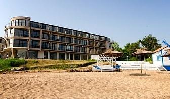 Топ сезон на първа линия в Черноморец! Нощувка за двама, трима или четирима със закуска и вечеря + чадър и шезлонг на плажа от хотел Лост Сити