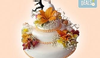 За Вашата сватба! Красива сватбена торта, декорирана с истински цветя, предоставени от младоженците и изпълнена от Сладкарница Джорджо Джани!