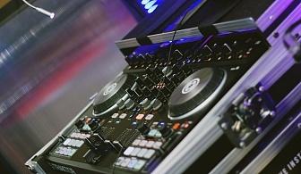 За Вашето Новогодишно, фирмено или частно парти, рожден ден, сватбено тържество, нощно/дневно заведение или абсолвентски бал предлагаме: цялостно озвучаване от DJ с апаратура, възможност за професионален фотограф и перкунсионист!
