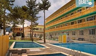Великден в Балнеохотел Аура 3*, Велинград! 3 или 4 нощувки със закуски и вечери, Прзничен обяд, ползване на уелнес пакет - 2 закрити минерални басейна, открит басейн, джакузи, сауна, парна баня и тропически душ, безплатно за дете до 3.99г.