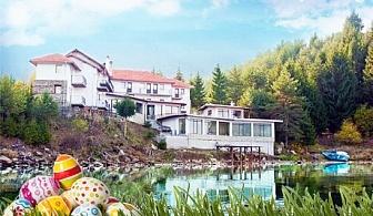 Великден на брега на язовир Доспат! Нощувка със закуска и празнична вечеря + джакузи и сауна в семеен хотел Емили, Сърница!