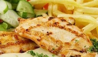 Вкусна пилешка пържола с гарнитура + чаша вино само за 5.49 лв. от бистро Папи, София