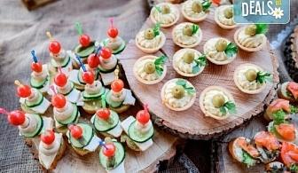 Вкусно и изгодно предложение! 25 броя брускети с крема сирене и сушени домати от H&D catering, София!