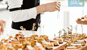 Вземете 25 броя брускети с орехи, синьо сирене и ементал или моцарела, песто и домати от H&D catering, София!
