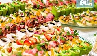 Вземете 100 вкусни и апетитни коктейлни хапки с леко пикантен ароматен мус, пушен свински бут, зелени подправки и още от H&D Catering!