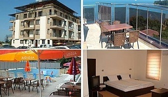 Юли и Август в Китен! Нощувка за 4 или 5 човека + външен басейн и джакузи от хотел Хармани