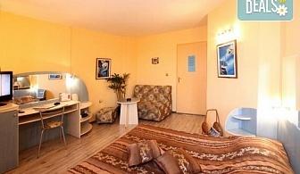 Юли в хотел Колор 2* гр. Варна: Нощувка без изхранване, безплатно за дете до 6.99г.