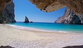 Юли и Септември на остров Лефкада, Гърция! 5 дни/3 нощвуки със закуски в хотел 2/3* + посещение на плажа с вятърните мелници - Агиос Йоанис с Далла Турс!