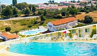 Юни в Гърция, близо до плажа в Ханиоти. 1, 3 или 5 нощувки със закуски за двама или трима + басейн в Хотел Харис, Халкидики