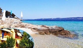Юни на остров Амулиани, Гърция! Нощувка със закуска за двама, трима или четирима в хотел Gallery