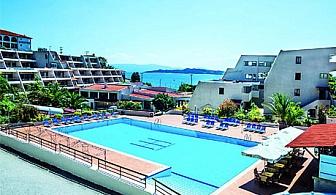 От 25.08-30.09- 4-звездна почивка на 100 метра от плажа – Нощувка със закуска и вечеря+ 4 басейна+ ДЕЦА ДО 14Г БЕЗПЛАТНО от  хотел Theoxenia **** Атон-Халкидики!